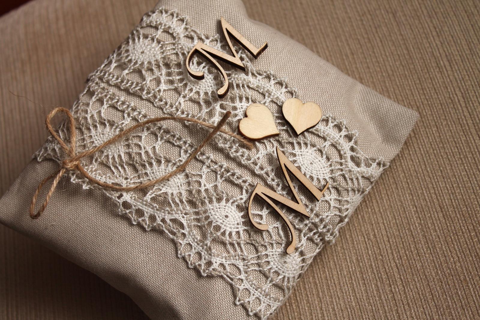 Jutový polštářek s iniciály - Obrázek č. 1