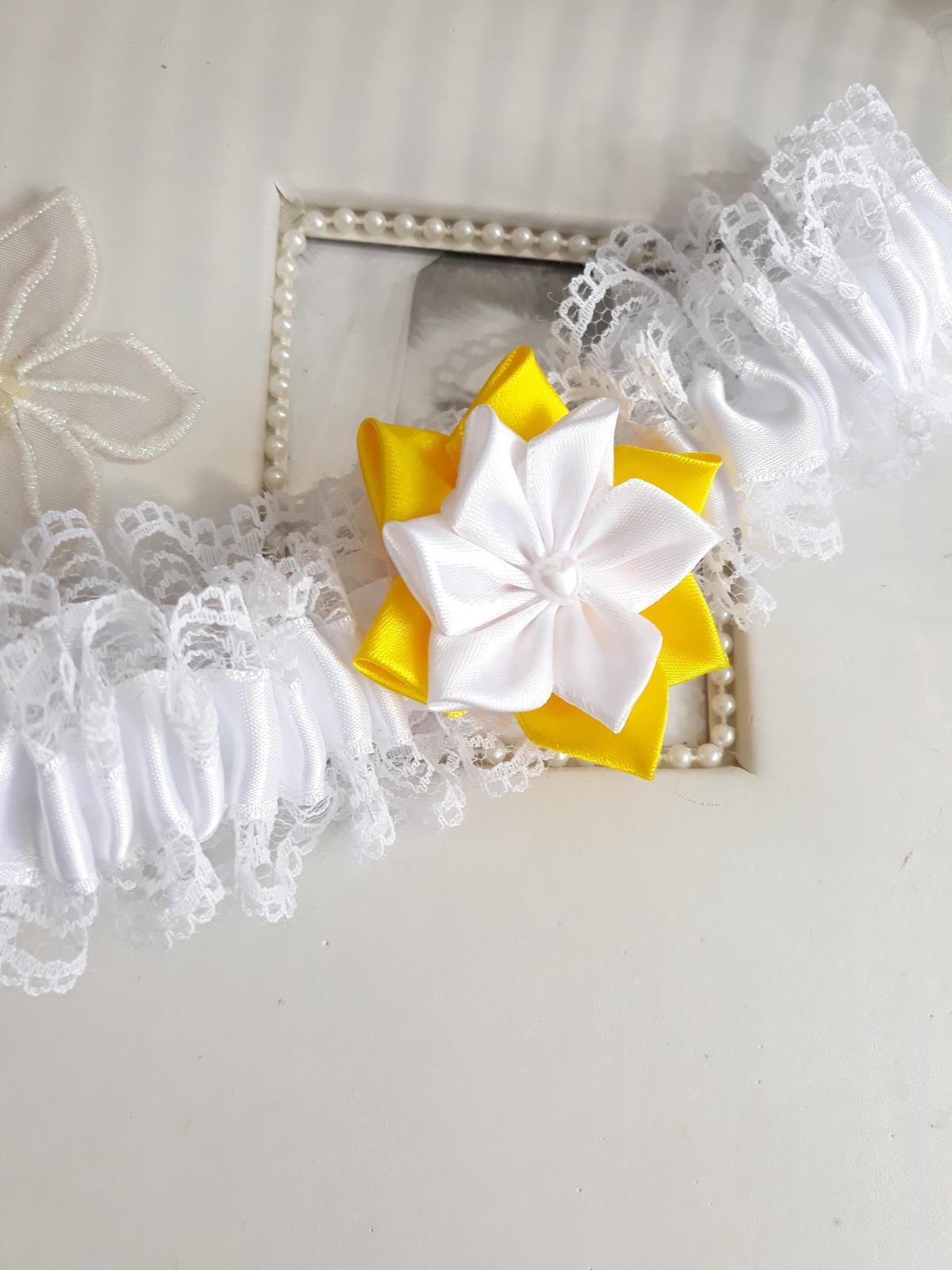 Bílý podvazek s kytičkou na přání  - Obrázek č. 1