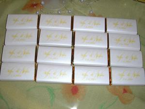 čokoládky jsou perleťové se zlatým nápisem... ukázka jen části... máme jich 30