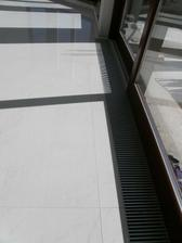 ..konvektor dlhy 310 cm ako bezbarierove dvere na terasu..