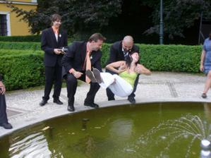 naše focení si svatebčané krátili topením sestry v místní fontáně
