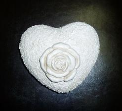 veľké porcelánové srdce, natreté štruktúr pastou, môže ísť do záhrady...