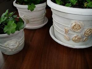 plastové kvetináče potiahnuté štruktúr pastou, zatiaľ vode odolné...