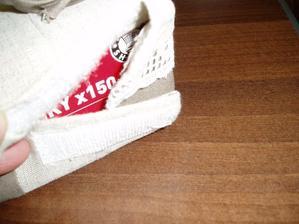 na boku je suchý zips aby sa dala vymeniť celá krabica s vreckovkami, alebo poprípade obal oprať...