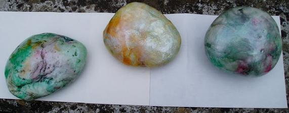 tieto som pred dvoma rokmi maľovala perleťovou farbou čo mi ostala po maľovaní vajíčok , sú prelakované a držia dodnes v záhrade....