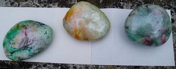 Pohrajme sa s kamienkami... - tieto som pred dvoma rokmi maľovala perleťovou farbou čo mi ostala po maľovaní vajíčok , sú prelakované a držia dodnes v záhrade....