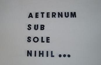 Nič pod slnkom netrvá večne...   takto som si vyrobila nový nápis na schodišti...písmenká sú vyrobené z keraplastu, natreté kováčskou farbou, ona má  také pekné sivé metalické odtiene...