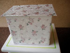 zostala mi tapeta z kredenca co mám v albume bedničky a tak som do nej obalila papierovú krabicu....