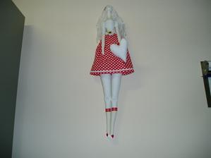 červená tilduška, 60 cm dlhá, riadna baba....vlásky strapaté, nebola ešte u kaderníka....