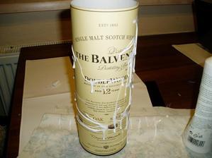 zostala mi prázdna papierová škatula od whisky/ bola dobrá/, tak som ju premenila na nádobu na levandulové stonky...