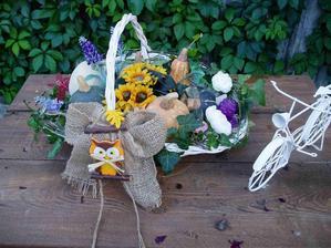 maličké jesenné aranžmá s keramickými tekvicami, aby na ne mohlo aj pršať....