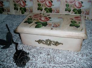 staručká nefunkčná krabička trošku doplnená hranami a vzor z baliaceho papiera....