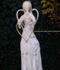 anjel so srdcom na dlani...pribudol  do záhrady, potrebuje ešte dva tri týždne na úplné vyzretie, potom sa upevní a vyrovná...
