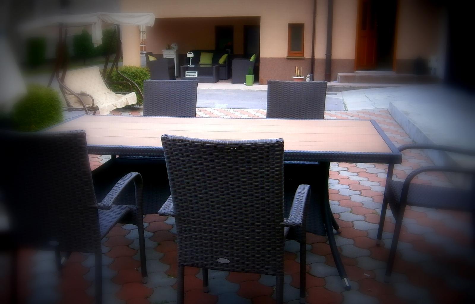 Súčasť domu-záhrada alebo, zelená je dobrá... - konečne som vymenila malý stôl ku grilovaniu za pekný dvojmetrový....