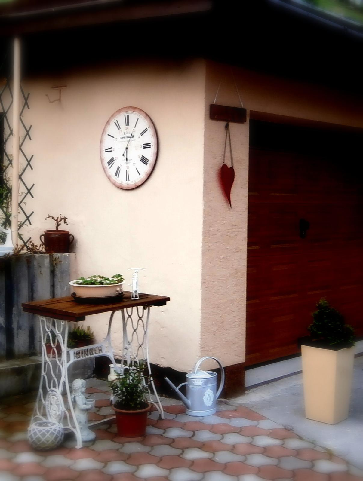 Súčasť domu-záhrada alebo, zelená je dobrá... - stará, nepoužívaná garáž dostala novú výzdobu nech nie je taká fádna...