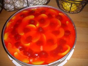 piškotový dort s ovocem a želatinou