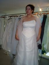 další šaty - č.3 se šálou - tyhle se mi nakonec líbily nejvíce:0), mají lotosovou barvu
