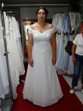 zkouška a výběr svatebních šatů č.5- byly pěkné, ale prsa už mám veliký dost, zvětšovat je pomocí korzetu není třeba:)))
