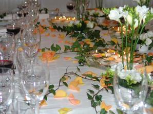 stredem svatebni tabule se bude vinout břečtan, kolem budou červené okvětní lístky a čajové svíčky v červených kalíšcích - toť vše (v jednoduchosti je krása)