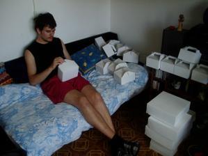 ženich skládá krabičky a já.....