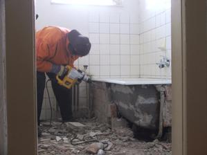 začíname búraním kúpeľne
