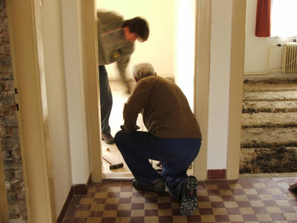 Dom so žltými dverami - odstránenie pôvodnej podlahy v 2 miestnostiach