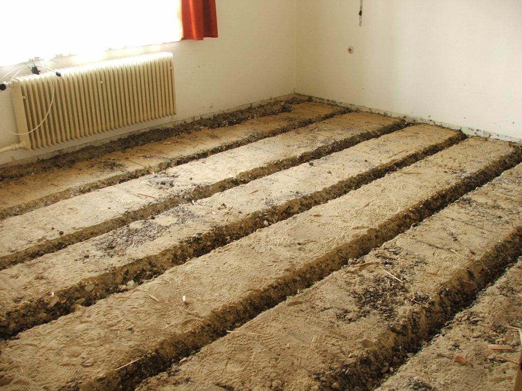 Dom so žltými dverami - odstránenie pôvodnej podlahy a škváry v 2 miestnostiach