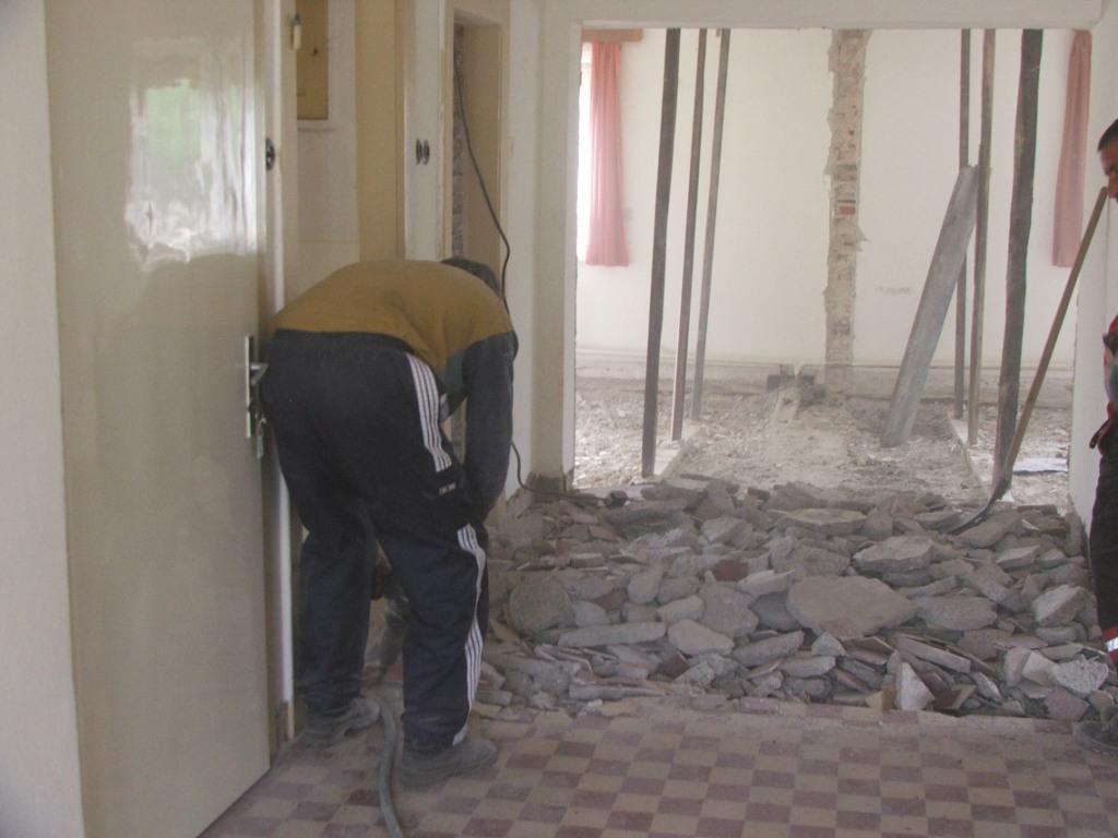 Dom so žltými dverami - búranie podlahy v chodbe