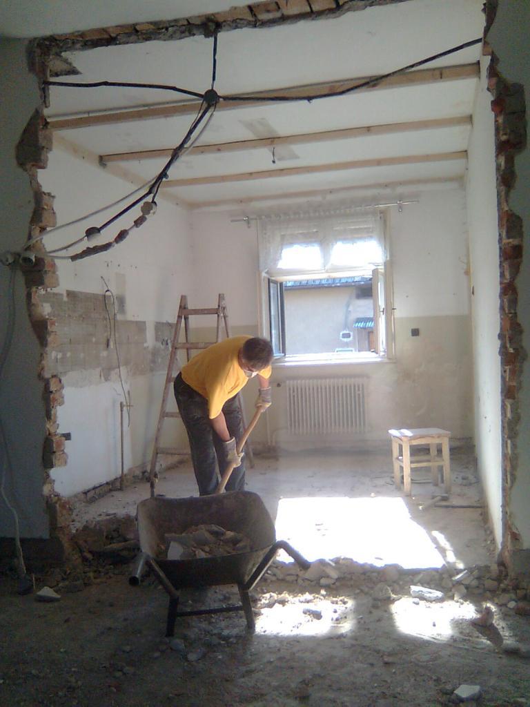 Dom so žltými dverami - búranie priečky v pôvodnej kuchyni