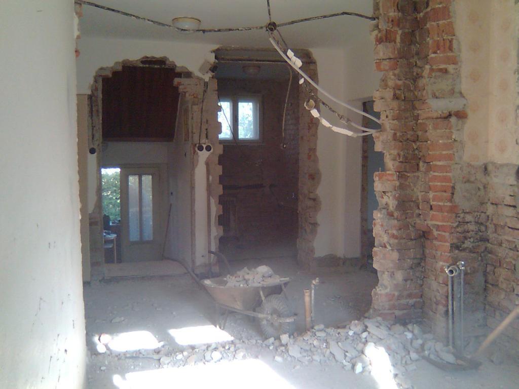 Dom so žltými dverami - vybúranie priečky a pôvodných prekladov