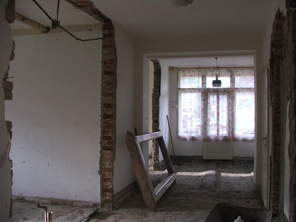 Dom so žltými dverami - vybúraná priečka do pôvodnej kuchyne