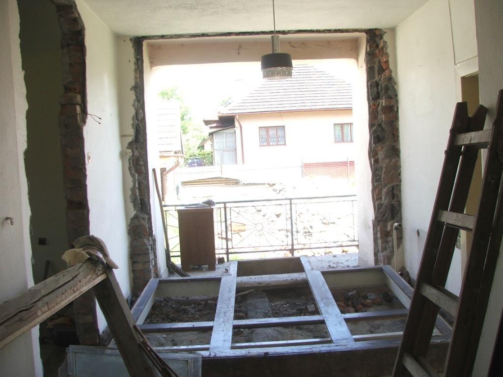 Dom so žltými dverami - vybúranie pôvodného východu na terasu