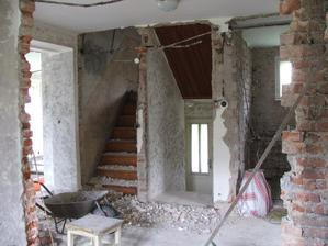pohľad z pôvodnej kuchyne na vchod a schody do podkrovia