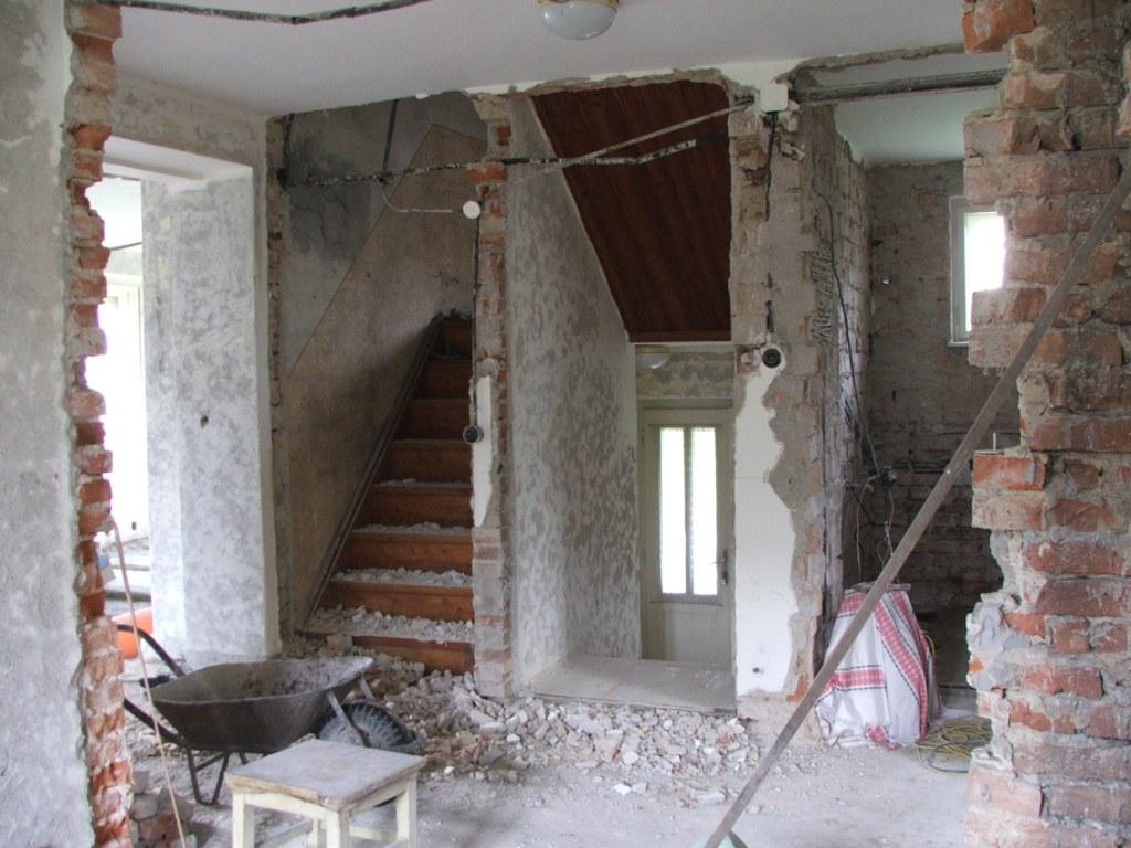Dom so žltými dverami - pohľad z pôvodnej kuchyne na vchod a schody do podkrovia