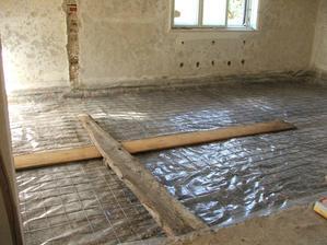 Betónovanie podkladu v 2 izbách - na betón príde izolácia, EPS, trubky podlahového kúrenia a anhydrit
