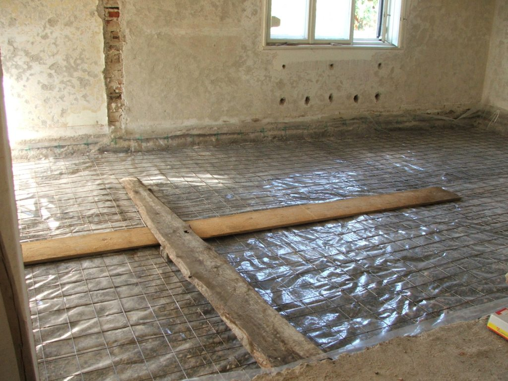 Dom so žltými dverami - Betónovanie podkladu v 2 izbách - na betón príde izolácia, EPS, trubky podlahového kúrenia a anhydrit