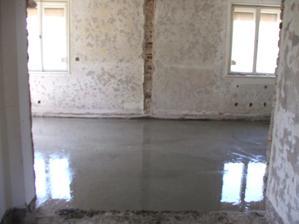 Vybetónovaný podklad v novej kuchyni a obývačke - na betón príde izolácia, EPS, trubky podlahového kúrenia a anhydrit