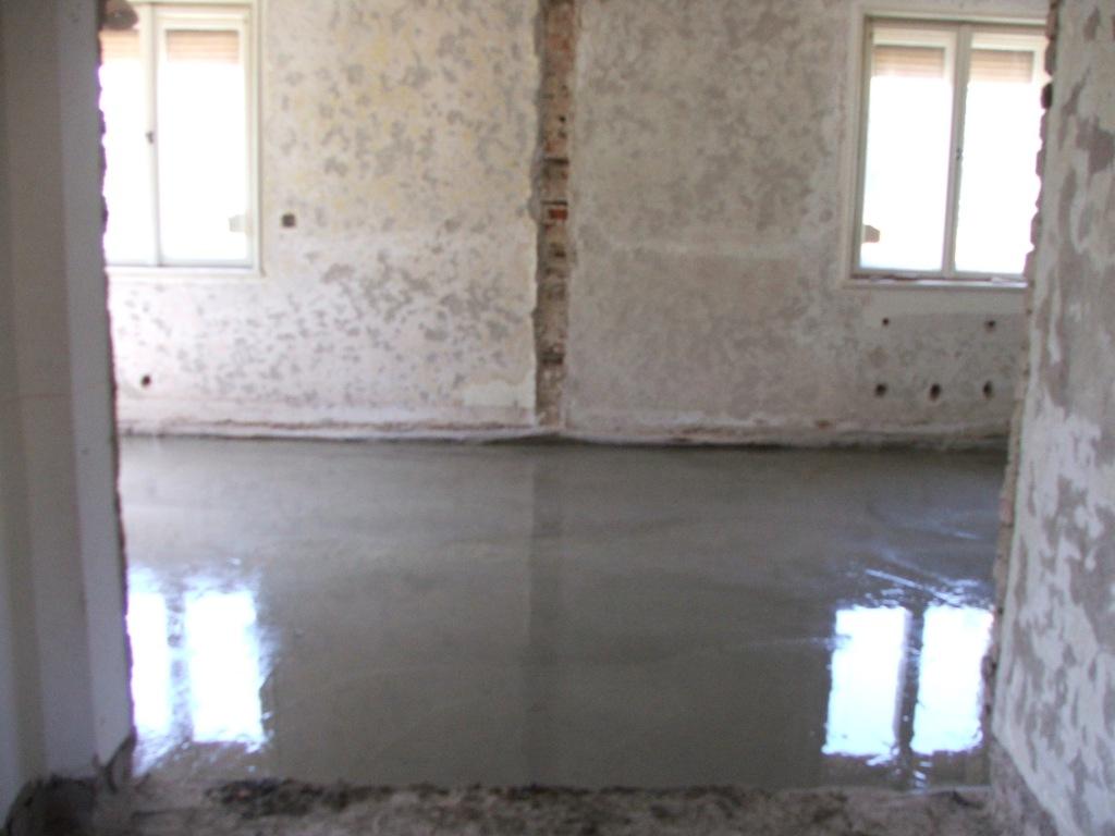Dom so žltými dverami - Vybetónovaný podklad v novej kuchyni a obývačke - na betón príde izolácia, EPS, trubky podlahového kúrenia a anhydrit