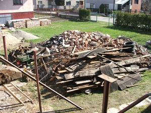 stavebný odpad zo zbúranej garáže a hospodárskych budov