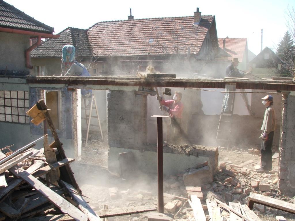 Dom so žltými dverami - búranie garáže a časti pôvodných hospodárskych budov