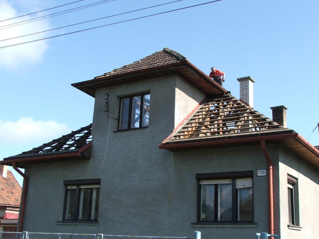 Dom so žltými dverami - rozoberanie pôvodnej strechy