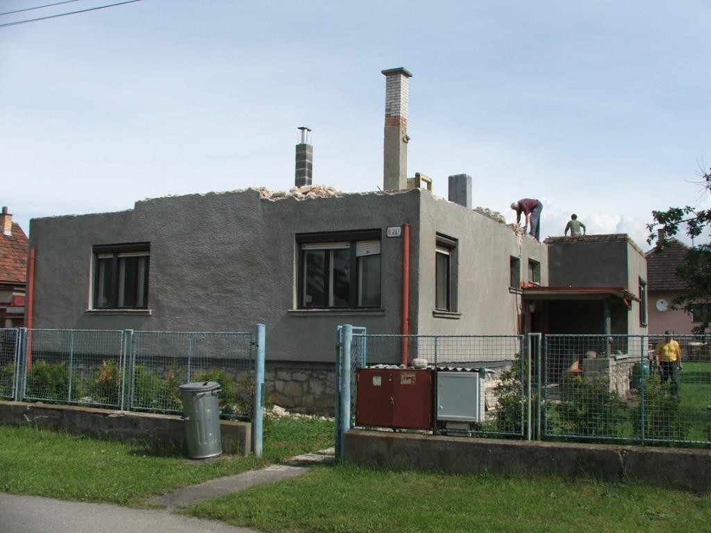 Dom so žltými dverami - dom bez strechy