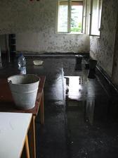 provizórne prekrytie strechy nevydržalo - vodu máme v kuchyni