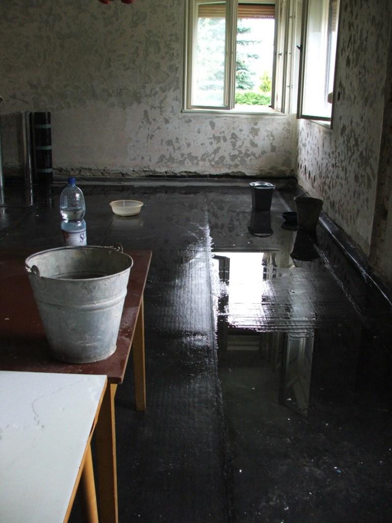 Dom so žltými dverami - provizórne prekrytie strechy nevydržalo - vodu máme v kuchyni