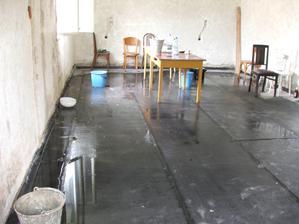 provizórne prekrytie strechy nevydržalo - vodu máme v kuchyni a obývačke