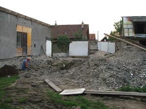 kopanie základov na novú terasu