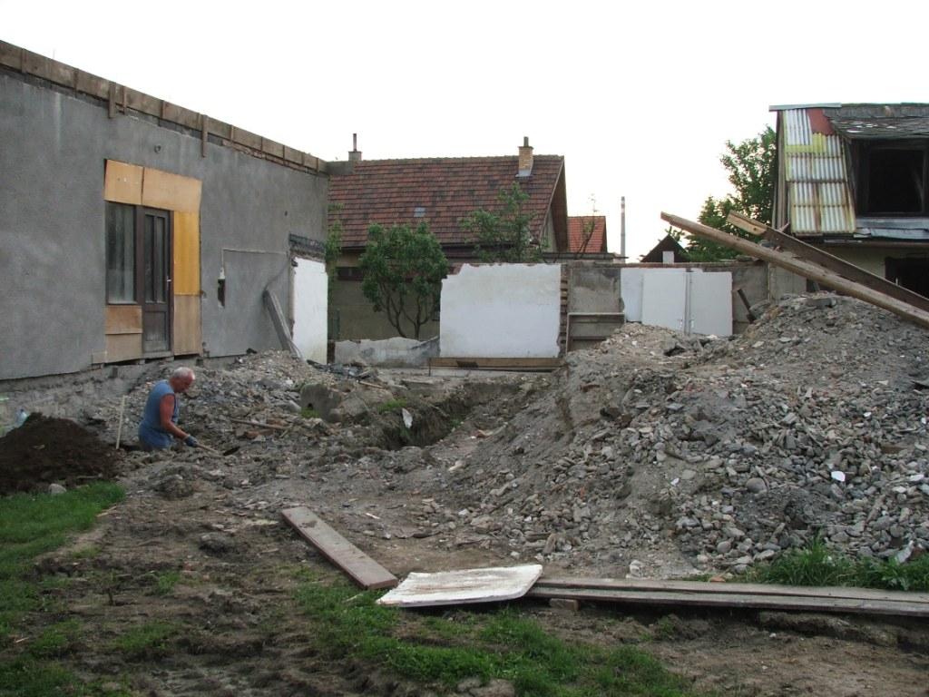 Dom so žltými dverami - kopanie základov na novú terasu
