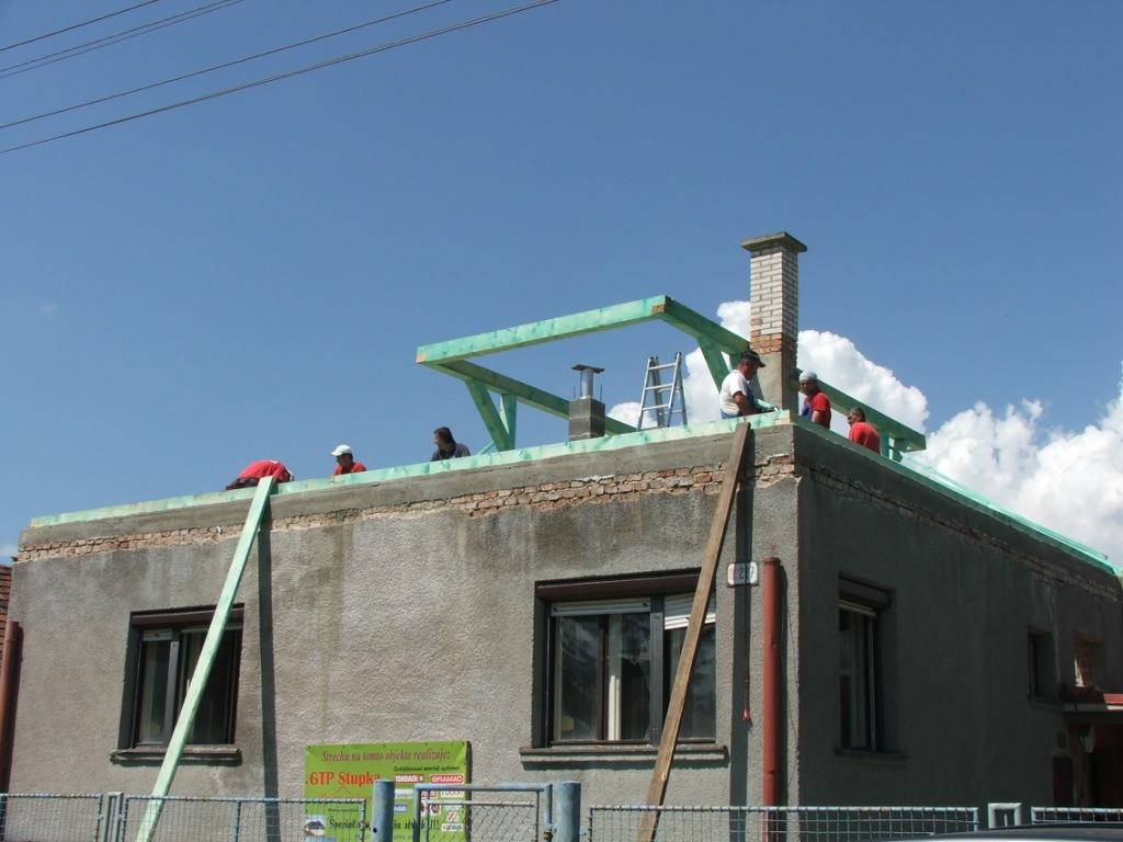 Dom so žltými dverami - stavanie nového krovu