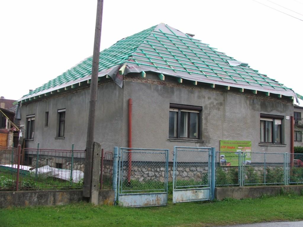 Dom so žltými dverami - už aj s fóliou