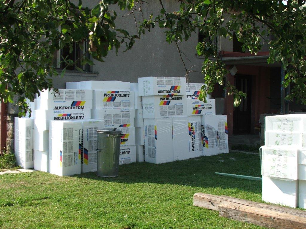 Dom so žltými dverami - polystyrén na zateplenie domu - hrúbka 20 cm